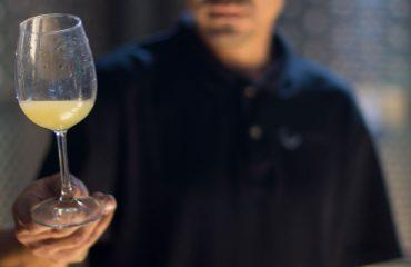 Mihai Ratulea cu paharul de vin