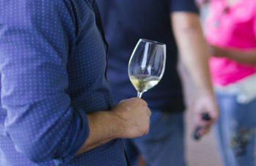 barbat cu un pahar de vin dagon
